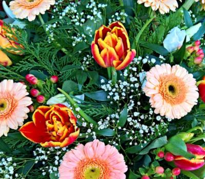 Rendez hommage à un défunt avec une gerbe de fleurs.
